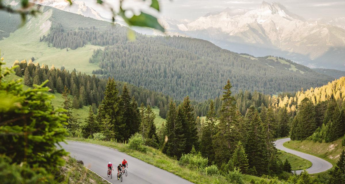 Schweiz. ganz natuerlich.                                 Roadbiker Gruppe auf dem Col de la Croix.
